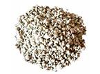 La zeolita es un mineral poroso de origen volcánico compuesto por aluminosilicatos hidratados.